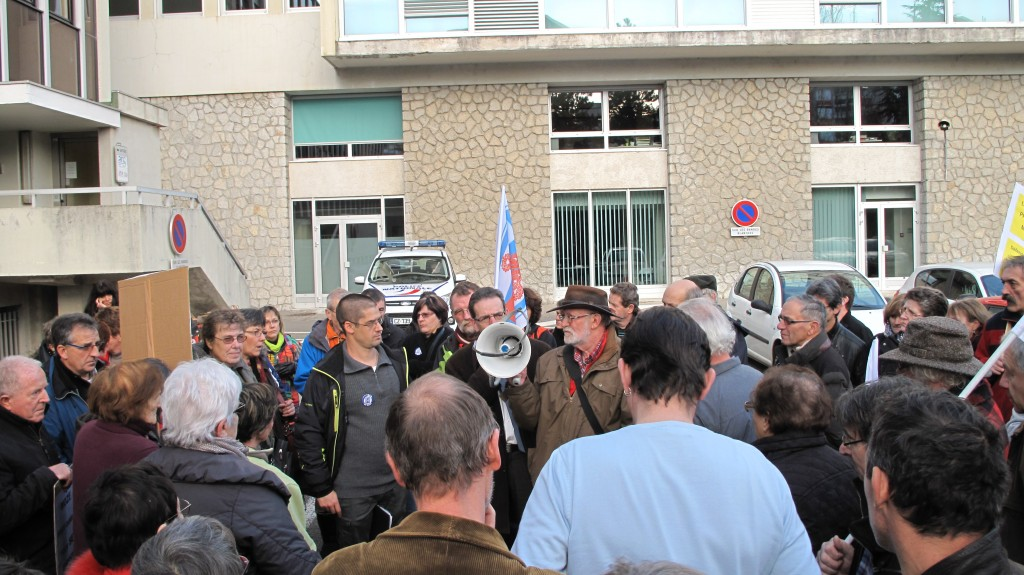 Mr Weiss informe les manifestants après la reunion du 13 dec