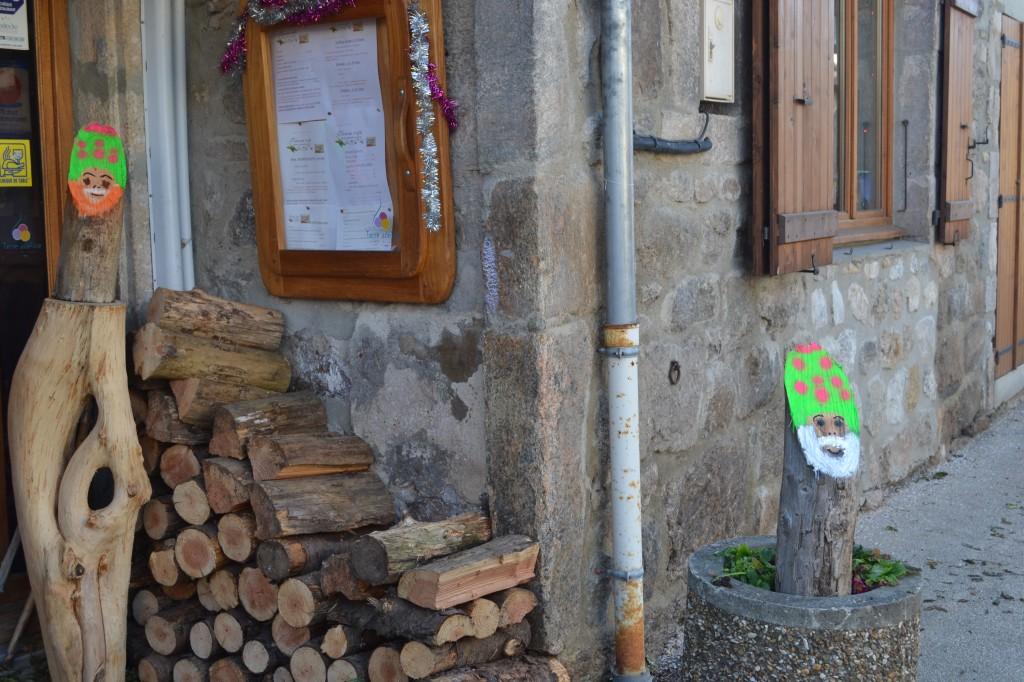 sculture bois devant cafe